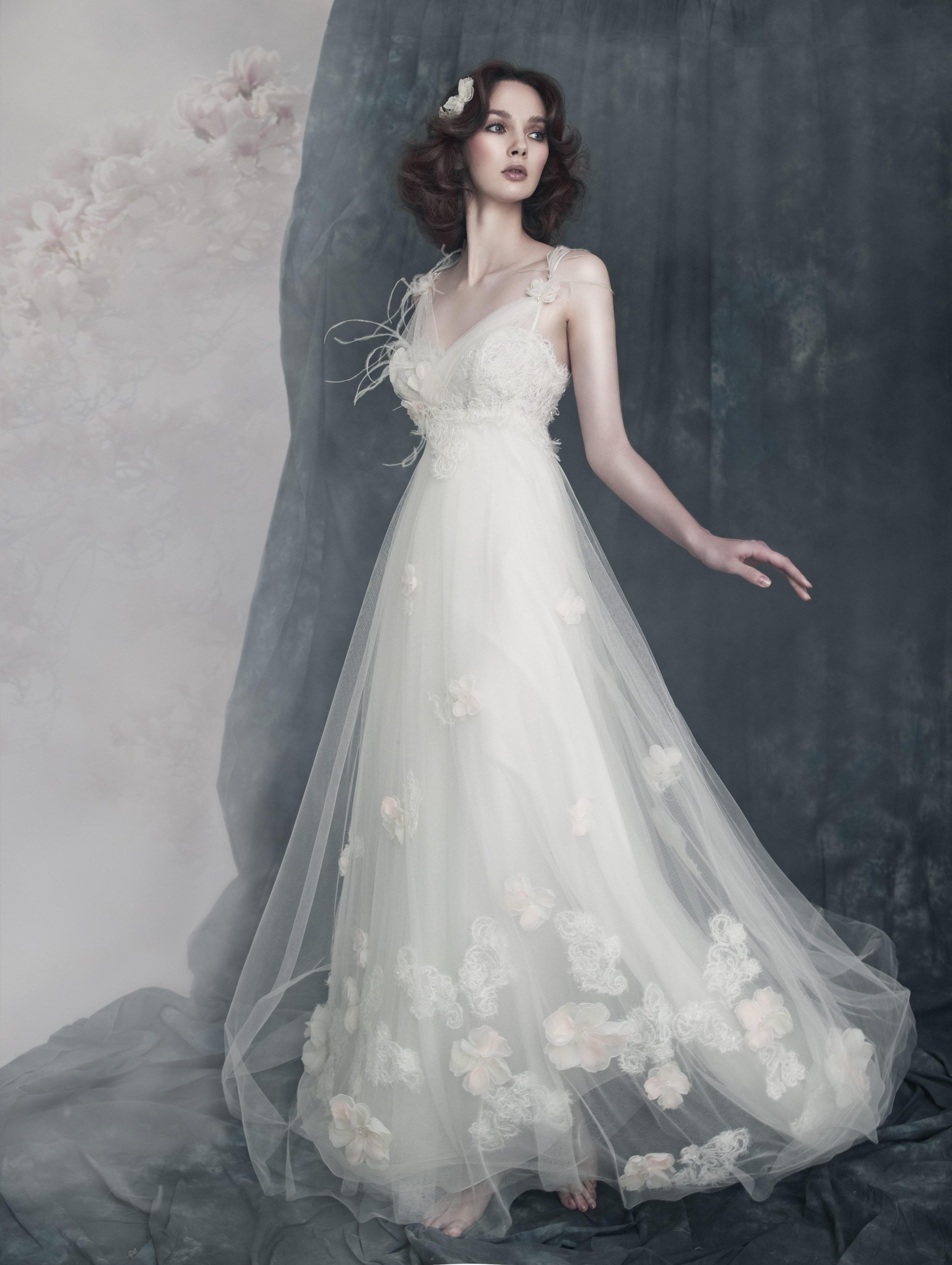 Пышное белое платье для женщины