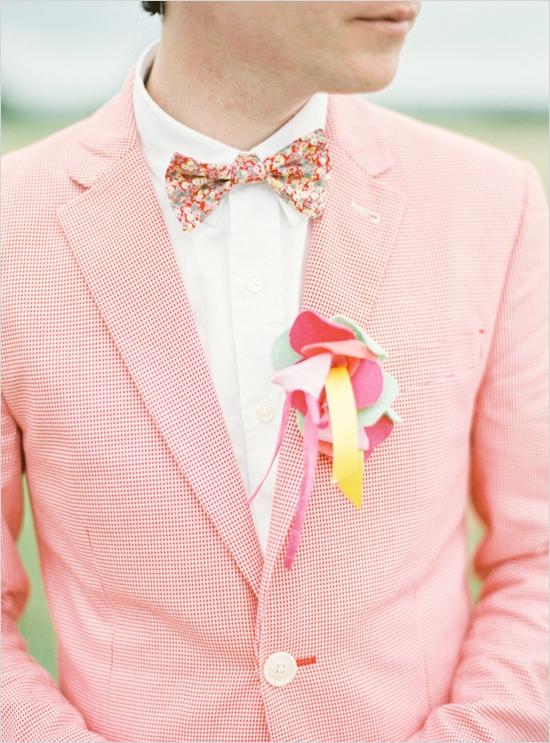 яркий костюм жениха