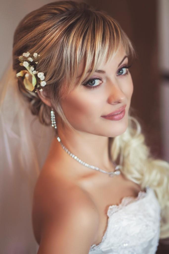 Свадебная прическа с челкой на волосы средней длины