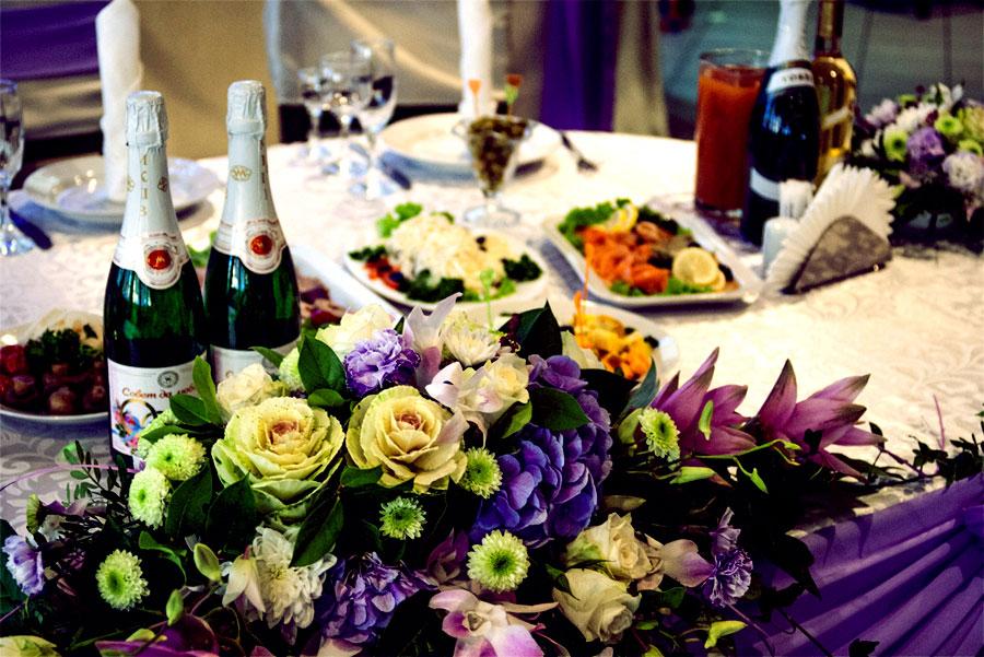 свадебный стол с алкоголем